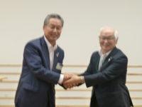 辻町長(右)から次回開催地である高知県中土佐町の池田町長(左)に引き継ぎ
